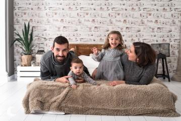 SESIÓN DE FOTOS DE FAMILIA EN ESTUDIO, VALENCIA, LUNALUPE FOTOGRAFÍA