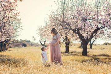 embarazo en almendros en flor, lunalupe fotografía valencia